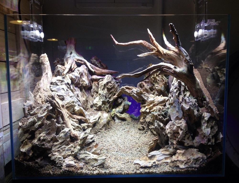 Три элемента стержня всей композиции - грунт, камни и коряги уже ждут заполнения аквариума водой